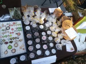 Erdei piaci kínálat 1. Üveglencsés kincsek és már az adventre hangolódva festett mécsesek, asztali díszek, parafa alátétek egyedi mintákkal